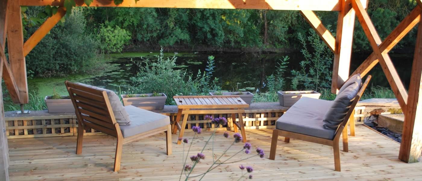 Terrasse avec vue sur l'étang