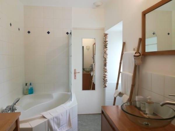 La petite boire - chambres d'hôtes - salle de bain avec grande baignoire d'angle